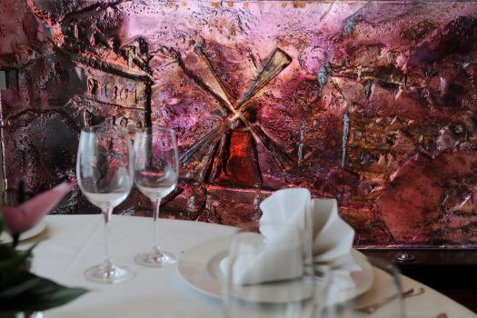 Artistic glass by Archiglass, Tomasz Urbanowicz at Bistro de Paris Michel Moran in Warsaw, Poland. All rights reserved.