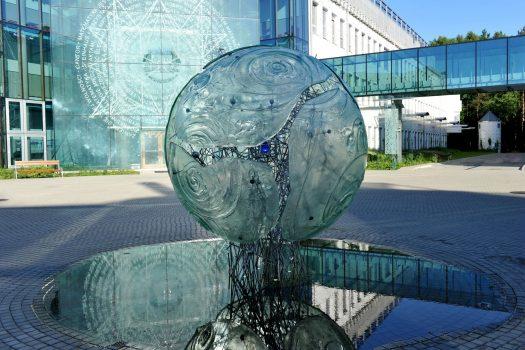 Szklana rzeźba Wielki Wybuch w Kampusie Uniwersytetu w Białymstoku