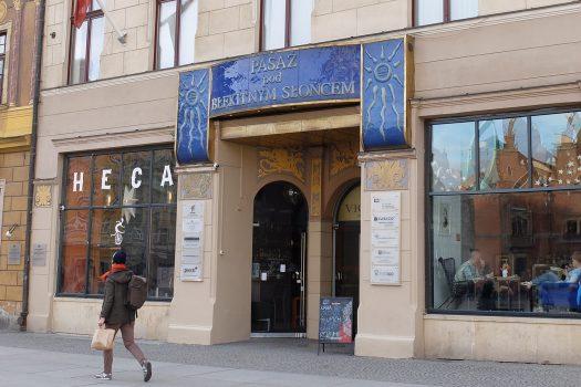 Pasaż pod Błękitny Słońcem szyld na rynku we Wrocławiu