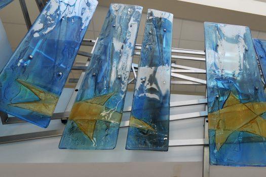 Szklana balustrada z flagą Unii Europejskiej w Oławie, Archiglass, Tomasz Urbanowicz